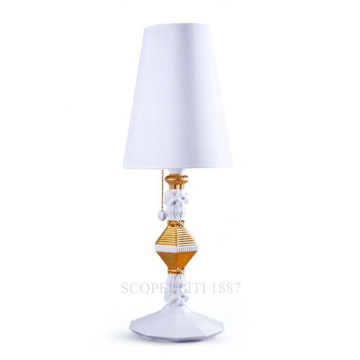 La lampada alta in porcellana bianca con finitura oro in confezione regalo. Altezza 57 cm, diametro 20 cm.  Lampada da tavolo in porcellana bianca lucida con particolari in oro.  Durante la fase di acquisto sarà possibile scrivere il biglietto d'auguri.