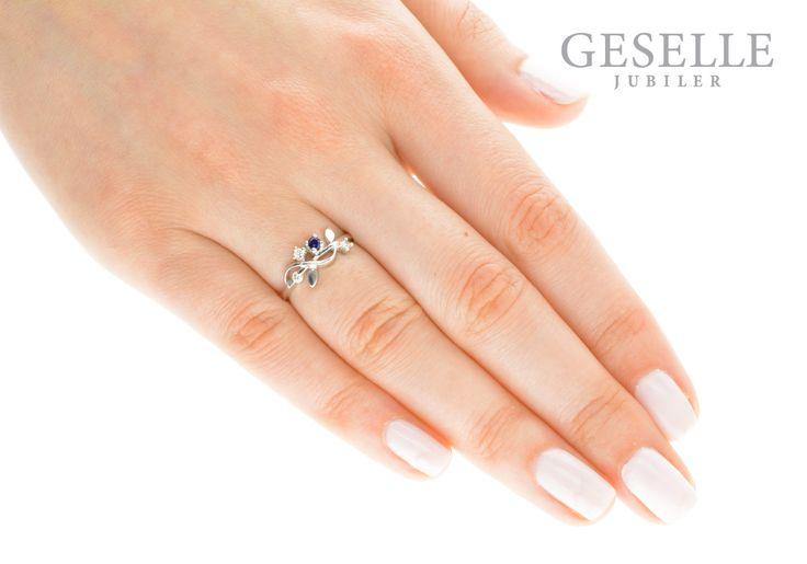 Pierścionek zaręczynowy z białego złota z szafirem i trzema brylantami | PIERŚCIONKI ZARĘCZYNOWE \ Brylanty \ Szafir naturalny NA PREZENT \ Narodziny Dziecka od GESELLE Jubiler