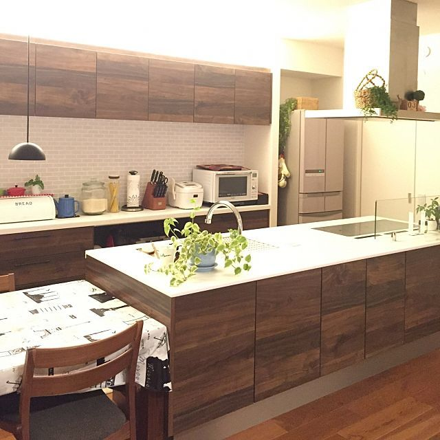 女性で、3LDKのダイニングテーブル/観葉植物/無垢の床/アイランドキッチン/タイル張りの壁/カップボード…などについてのインテリア実例を紹介。「カップボードの壁はタイル貼りです。 我が家はあらゆる所にタイルあり(笑) 冷蔵庫の奥にはパントリーがあります。キッチン周辺は収納だらけ。」(この写真は 2016-06-03 20:20:02 に共有されました)