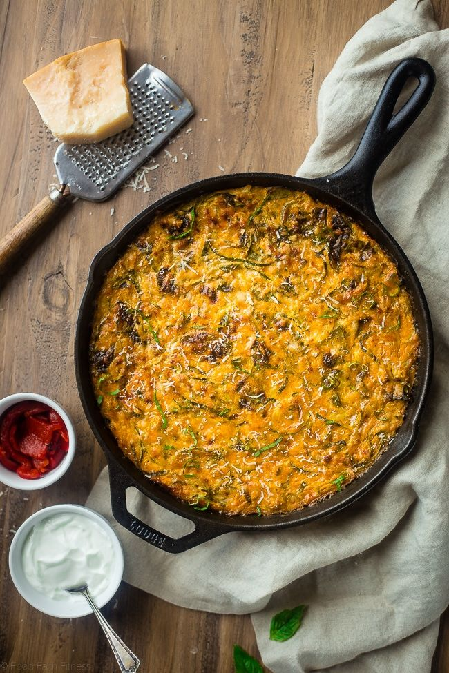 Spiralized Roasted Red Pepper, Spinach and Artichoke Zucchini Noodle Casserole - This zucchini casserole is packed with protein and is a low carb and gluten free breakfast or dinner that is under 150 calories and 3 SmartPoints!   Foodfaithfitness.com   @FoodFaithFit