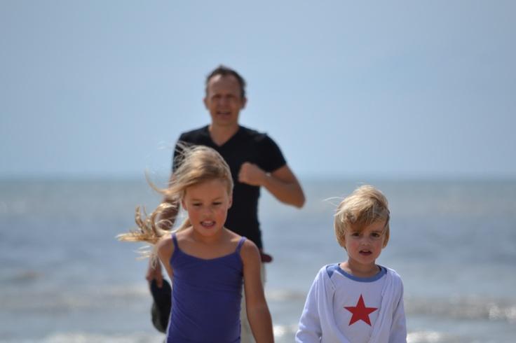 Voetballen op het strand van Schoorl. Check weekendjewegmetkids.nl