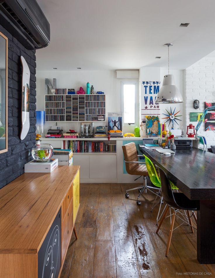 Nesse apê tudo é bem versátil. Durante o dia a mesa de jantar vira o escritório da moradora. Veja em www.historiasdecasa.com.br #todacasatemumahistoria #homeoffice #escritorio #loft