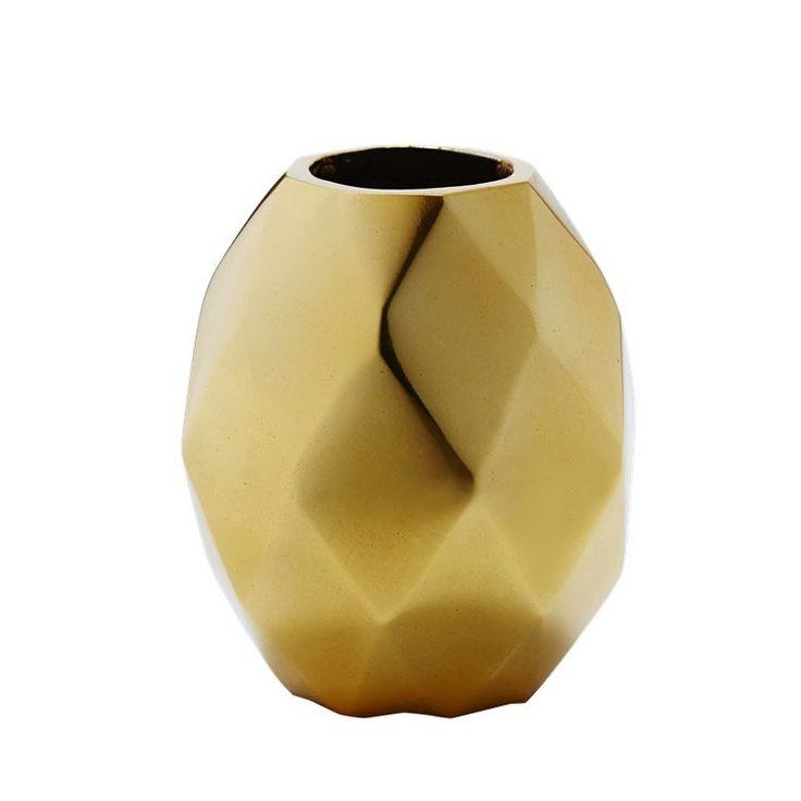 Cutting Edge vase giver kant til dit hjem og fanger samtidig tidens trend med fokus på metaller. Vasen kan både fås i en messing og kobber variant og vil lyse ethvert julehjem op.