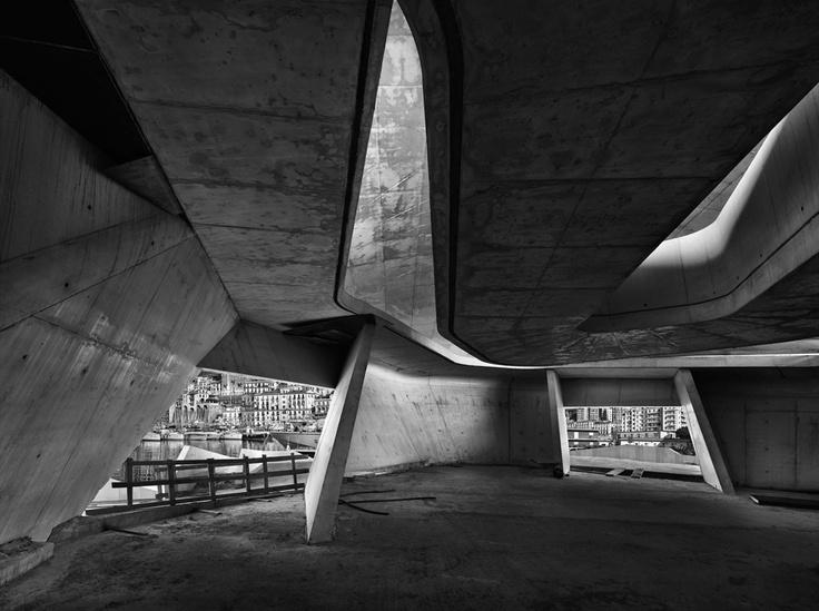 """Otto scatti secchi che scandiscono il paesaggio architettonico salernitano. In un nuovo progetto """"city specific"""" di Pino Musi per gli spazi della Galleria Leggermente Fuori Fuoco di Salerno. Fino al 13 luglio."""