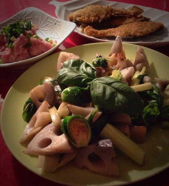 レイチェルちゃんのお料理は、自分で思いつかない組み合わせばかりで、 大好きです〜  ナンプラーとバジルって、組み合わせ抜群なんだね!  素敵なレシピ、ありがとうございます✨ - 178件のもぐもぐ - レイさんの料理                                蓮根とセロリのバジル炒め by 志野