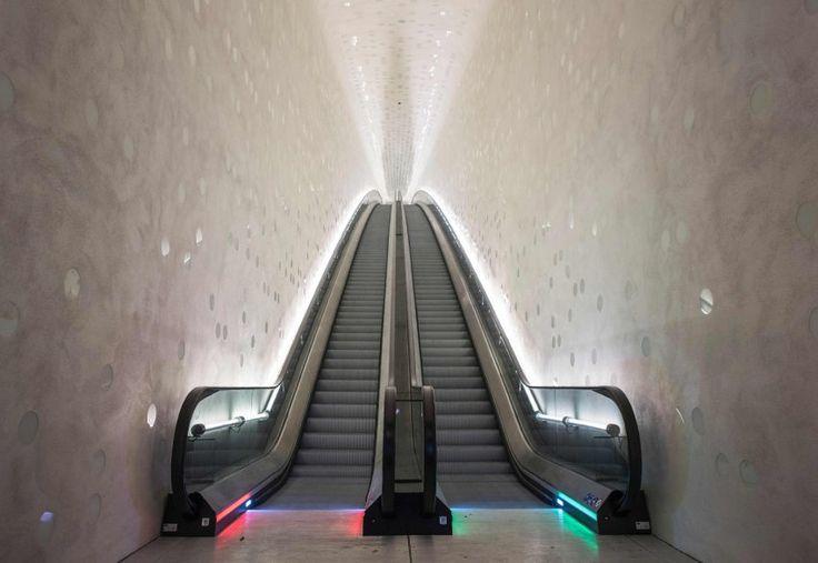 Die Reise in die Elbphilharmonie beginnt mit einer Rolltreppe. Die ist so...