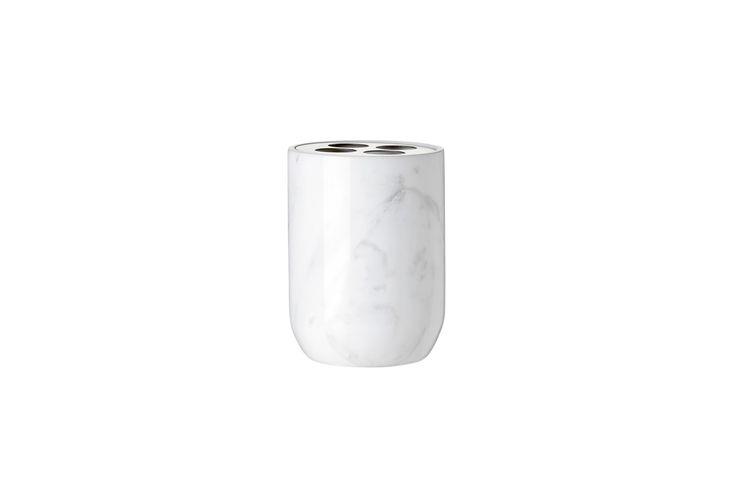 Marmori-tannbørstekruset er laget av hvit marmor - et av tidens hotteste materialer.  Den fine marmor får motspill av en tannbørsteholder som er laget av stål med en matt overflate.  I samme serie fås en krukke og en såpedispenser.