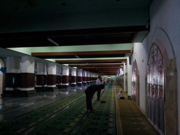 Shalat di Masjid Sunan Ampel