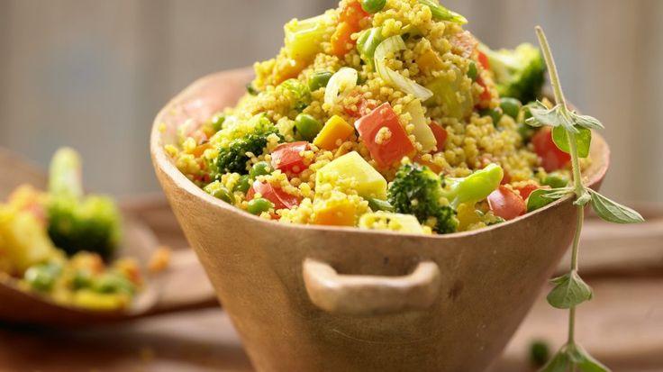 Als komplette Hauptmahlzeit oder als Beilage – Couscous mit Gemüse: Couscous-Gemüse-Pfanne mit Harissa | http://eatsmarter.de/rezepte/couscous-gemuese-pfanne