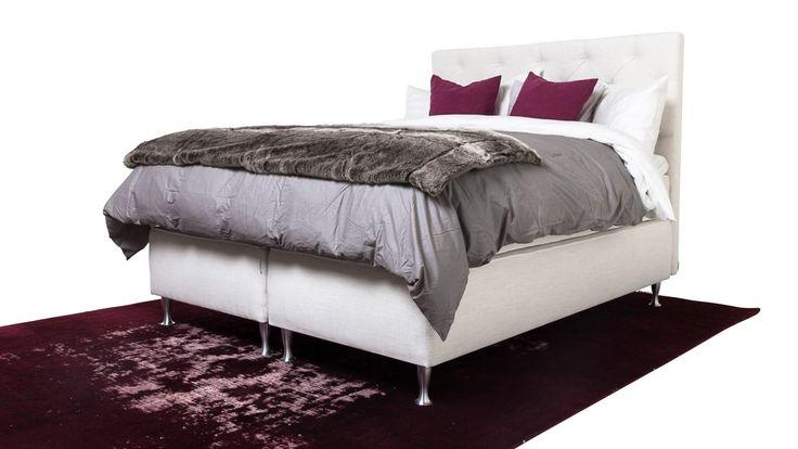 Vit säng Zebran. Djuphäftad sänggavel. Gavel, dubbelsäng, kontinentalsäng, silverben, pälspläd, fuskpäls, pläd, sovrum, inredning. http://sweef.se/sangar/168-zebran-kontinentalsang-progressiv.html