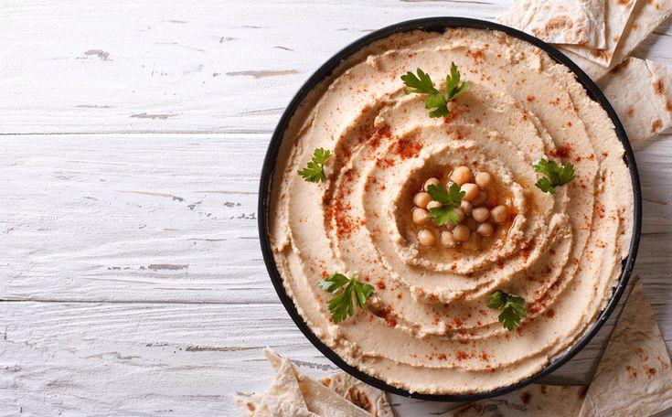 Deze basishummus is lekker om groente in te dippen of met Turks brood. Varieer ook eens met dit recept door er andere kruiden of specerijen aan toe te voegen.