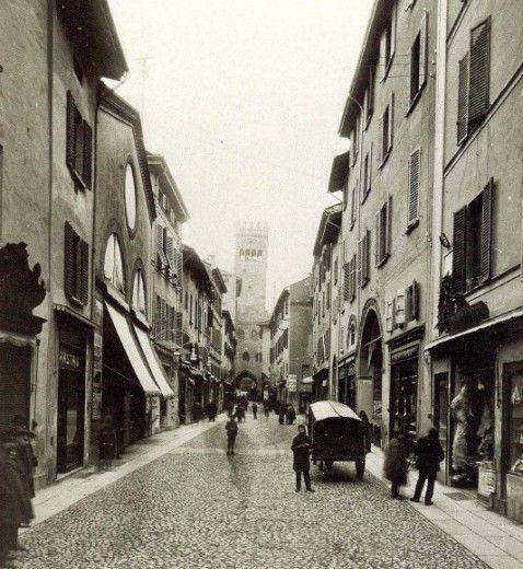Via Caprarie o via Orefici all'inizio del Novecento.  Archivio Fondazione Cassa di Risparmio in Bologna  via bologna.repubblica.it