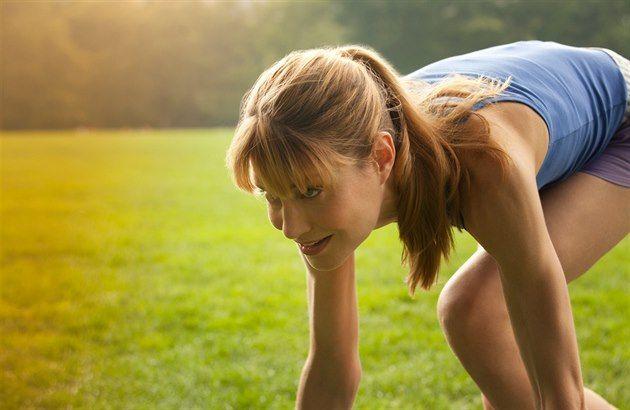 SERIÁL PRO ZAČÁTEČNÍKY: JAK SE SPRÁVNĚ ROZCVIČIT A PROČ Rozcvičení zvyšuje běžcovu výkonnost a snižuje dobu potřebnou pro regeneraci. Přečtěte si, jak na něj.