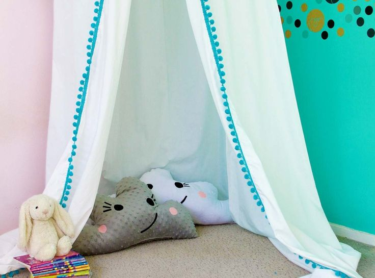 How cozy and amazing is this homemade fort for kids? DIY this easy tutorial in no time. It's the perfect spot indoors for homework or a sleepover.
