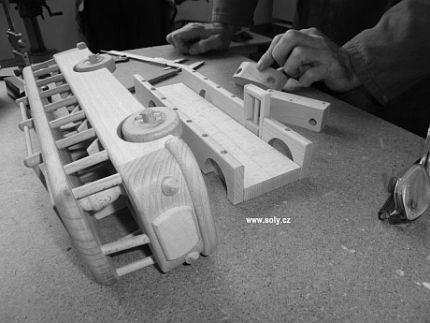 Výroba autobusov hračiek