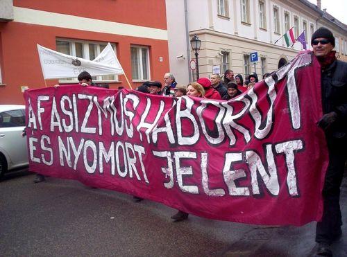 """Több antifasiszta szervezet együttesen lépett fel az idei neonáci """"Becsület Napja"""" megemlékezés ellen.   Szombaton közel kétszáz antifasiszta indult rendőri felvezetéssel a Dózsa György térről fel a várba. A résztvevők csendesen, egymással beszélgetve vonultak a Palota..."""