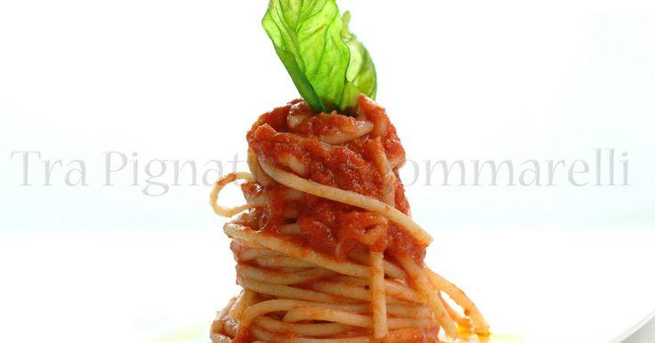 Spaghetti con pomodoro 'a crudo' e bufala fujuta