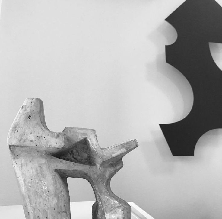 Art meets design. The masculine look of the edgy Clout sculpture in dark patinated  zinc.