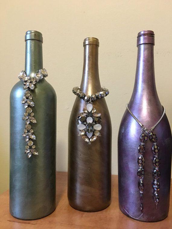 Botella de vino pintada con joyas por CraftyBaseballMom en Etsy
