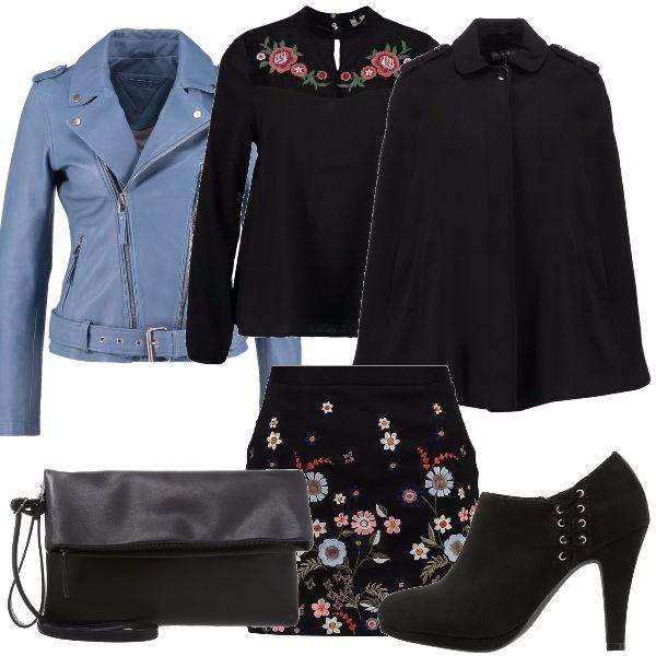 Per questo outfit: minigonna nera con stampa floreale, camicetta nera con fiori sul décolleté, giubbino in pelle azzurro per dare una nota di colore al look, mantella nera, tronchetti neri e tracollina nera minimal.