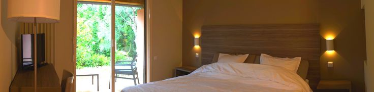 """Notre village """"la Tour Carrée"""" vous présente ses nouvelles chambres spacieuse et lumineuse. Venez découvrir notre nouveau village """"la Tour Carrée"""" en Provence, avec le chant des cigales, parfait pour des vacances apaisées. Pas loin du bord de mer, vous pourrez flâner sur la plage. Propice pour la détente et de nombreuses découvertes. #chambre #décoration #idée #location #cosy #alpes #maritime #peymeinade #lumineuse #blanc #beige #ternélia"""