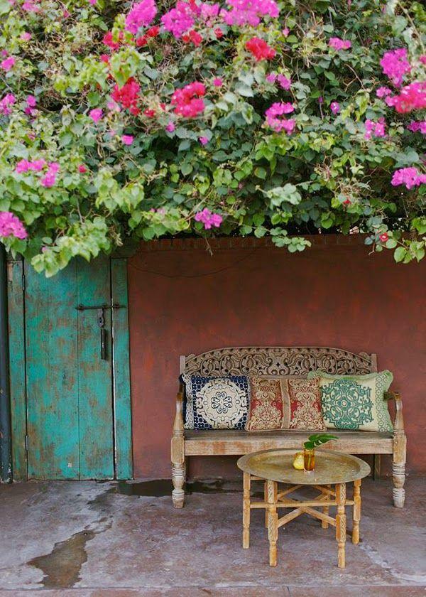 inspiración terrazas. decoración exterior de inspiración marroquí. mesa de marruecos compuesta por bandeja y patas