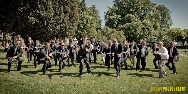 Photo de groupe : les garçons éparpillés. - Coralie photography via The bride Next Door