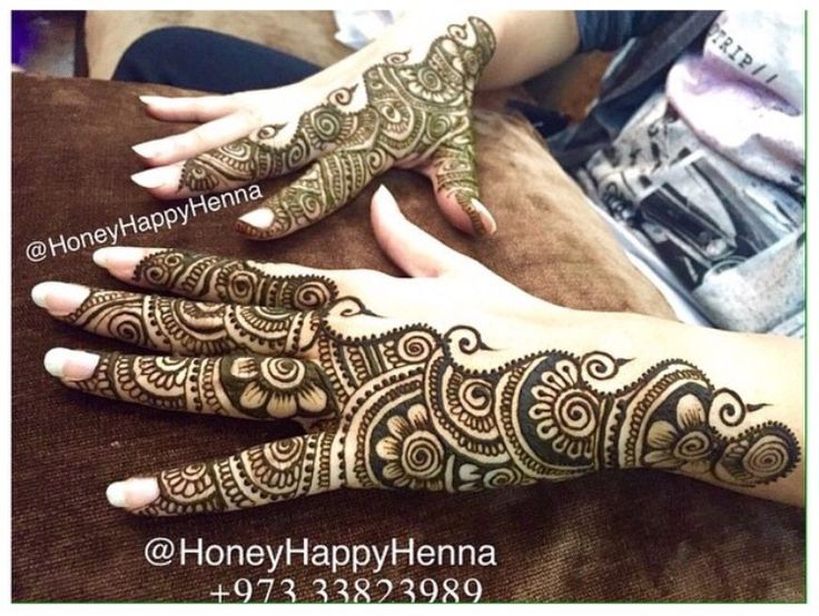 A very different and beautiful henna design by @happyhoneyhenna on IG. Love minimalism and the use of negative/blank space in henna designs!