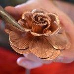 Cómo hacer una rosa de cobre. Dentro de la serie de manualidades para hacer rosas hemos querido compartir esta que consiste en hacerla con un material muy especial: el cobre. Hacer una rosa de cobre es más sencillo de lo que pueda parecer y además, bastante económico, no requiere demasiado tiempo y no hacen falta herramientas especializadas. En fin, estas rosas de cobre nos han gustado tanto que no tenemos la menor duda de que vas a regalarlas a manos llenas y decorar tu casa con ellas.
