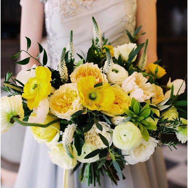 Дорогие подписчики, сегодня я хотела бы поговорить с Вами о свадебных трендах, касаемых букета невесты. Как Вы думаете, из чего состоит солнце? Может быть, из солнечно-желтых анемонов, улыбающихся пионов и лучистых роз? Ведь от этих цветов веет светом и летним теплом✨Если Вы планируете провести яркую, светлую, солнечную, незабываемую свадебную церемонию, выбирайте желтые цветы. Такой воздушный и смелый солнечный букет – прекрасно подойдет для летней свадьбы☀️А если Вы планируете церемонию на…