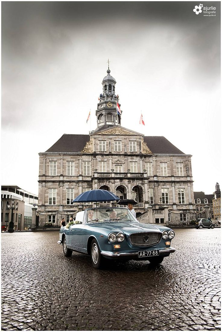 #wedding #oldtimer #rainyday #bride #groom #bruiloft #bruidsreportage #trouwparaplu #marktMaastricht #huwelijk #limburg #trouwerij #love #marriage