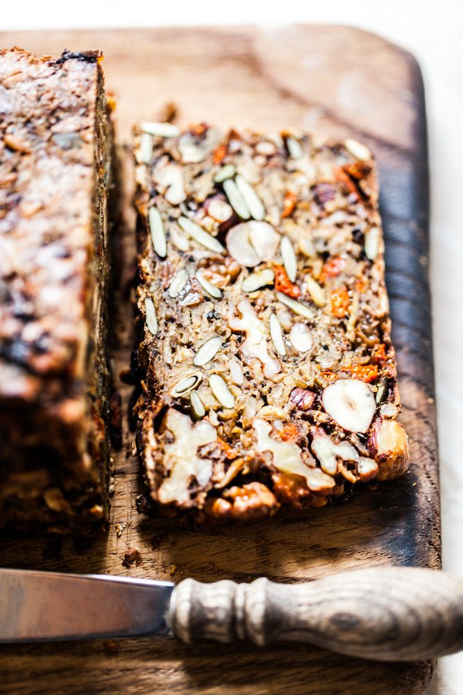 Beautiful Nutty Oatbread    1 cup nuts (almonds, Italian, hazelnuts, cashews)  1 cup of seeds or seeds (flax, sunflower, pumpkin)  1.5 cups rolled oats (or mixed)  1/2 cup raisins and / or goji berries  2 tablespoons oil  2 tablespoons honey or molasses  4 flat tablespoons of psyllium  1.5 cups of water