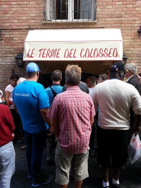 La fila all'entrata de Le Terme del Colosseo