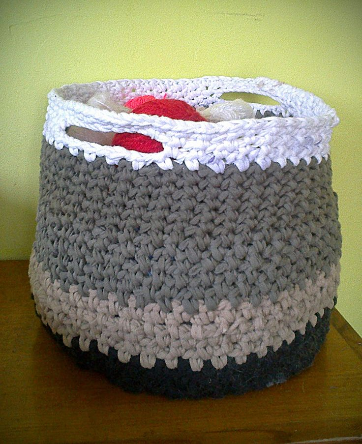 koszyk z koszulek zrobiony na szydełku wiecej na wydzierganaskarpetka.blogspot.com