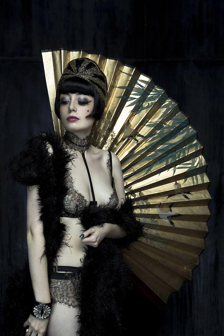 Louise Ebel, Pandora blog. Soutien-gorge, culotte, porte-jarretelle et harnais: Jardin Impérial Maison Close. Bracelet : Bochic.