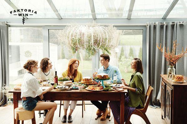 Przy stole z przyjaciółmi. Dobre jedzenie i doskonałe wino. #faktoriawin #friends #doposilku #zprzyjaciolmi #smacznie #jedzenie #goodtime #happy #inspiration #wine #wino #inspiracje #easter #moments