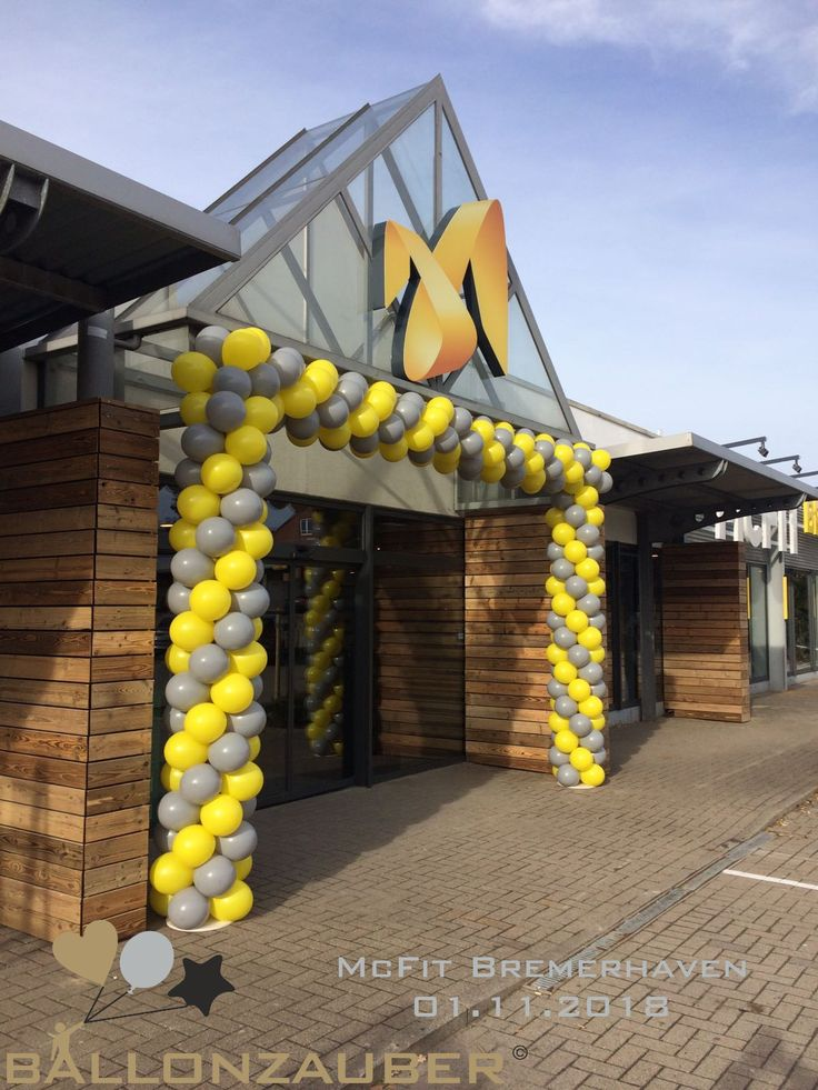 Ballongirlande Fur Mcfit In Bremerhaven Aus Gelben Und Hellgrauen Latexballons Ballondekorationen Ballongirlande Girlanden