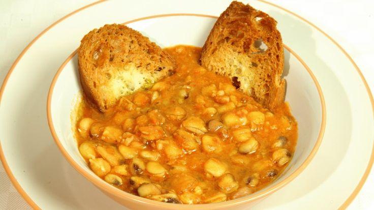 Ricetta Zuppa di cicerchia: La zuppa di cicerchia è uno dei piatti classici della cucina marchigiana. La cicerchia, infatti, è la leguminosa simbolo di questo territorio e della sua cucina. Per chi non ha molta dimestichezza nel suo utilizzo, vi facciamo vedere come l'abbiamo usata per realizzare una gustosissima zuppa.