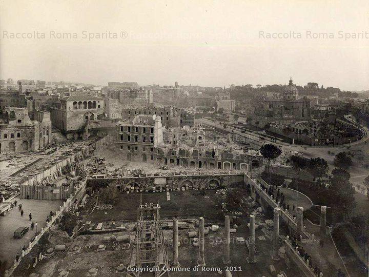Roma Sparita - Via dei Fori Imperiali e via Alessandrina con case in demolizione nel 1933