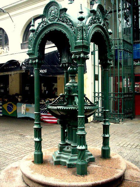 Montevideo -Mercado del Puerto, antiguo bebedero de agua de hierro fundido traído por los ingleses de la época colonial, ya que toda la construcción data del 1868 y los planos y las estructuras metálicas con que se construyeron vinieron de Gran Bretaña
