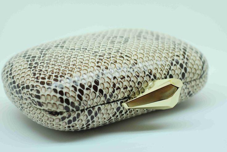 Clutch con print animal. Lleva cadena para poder colgar. Ve a por este modelo tan bonito a www.dicarolo.com