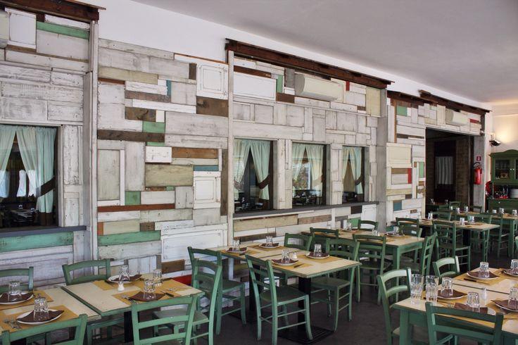 Ristorante la Fattoria di Clotilde a Roma. Le pareti sono realizzate con legno di riciclo, tagliato di varie misure e di spessori diversi colorando ogni singolo pezzo.