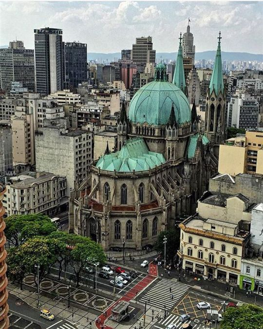 Praça João Mendes,avista se o fundo da Catedral da Sé. São Paulo.