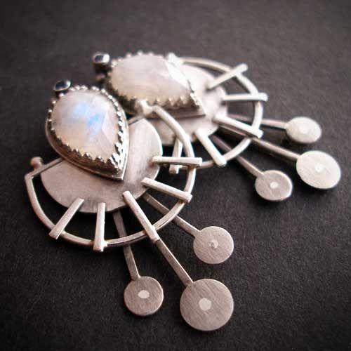 'Galaktyczne' - kolczyki na sztyfcie wykonane na zamówienie Pani Ani.  Kamień księżycowy o ładnym ogniu, do tego drobniutki, lecz uroczy szafirek i oksydowane srebro pr. 925.