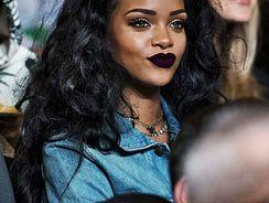 Rihanna batom roxo escuro