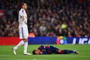 Neymar de Barcelona se lesiona como Pepe de apelaciones CF Real Madrid durante el partido de Liga entre el FC Barcelona y el Real Madrid CF en el Camp Nou el 22 de marzo de 2015, de Barcelona, España.