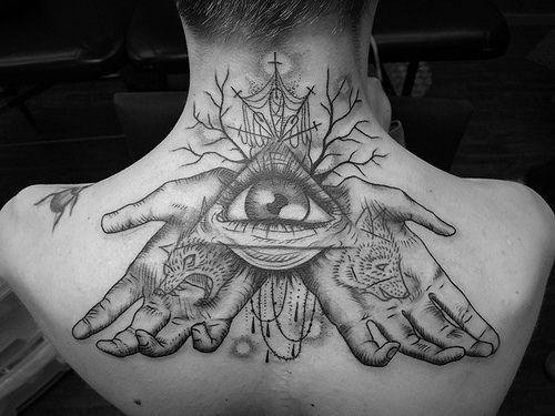 L'oeil en tatouage dans le triangle appelé soleil d'Egypte ou Delta lumineux ...