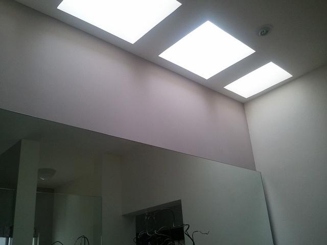 Tragaluces en ba os para ahorro de energia durante el d a - Tragaluces para tejados ...