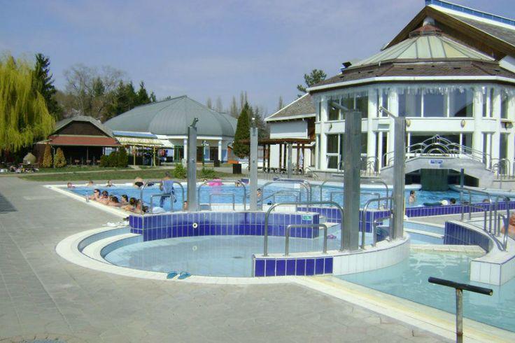 A fürdőben különféle medencék, élményelemek, wellness és gyógyászati szolgáltatások garantálják a vendégek kikapcsolódását.