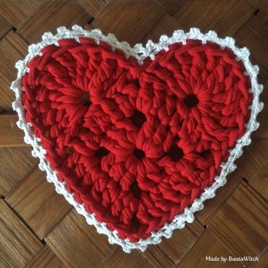 """Crochet christmasheart made by BautaWitch.  (Pattern links back to """"My Rose Valley"""" blog and FREE tutorial/pattern for the Sweet Heart Crochet Pattern.)"""